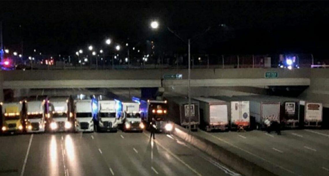 אדם הבחין ב 13 נהגי משאית חונים מתחת לגשר, מיד הבין שהם מצילים חיים