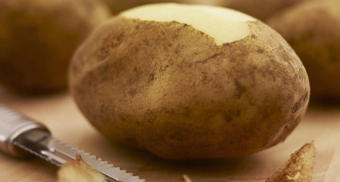 כל החיים שלכם קילפתם תפוחי אדמה בצורה לא נכונה – צפו בטריק הגאוני הזה של מאסטר שף