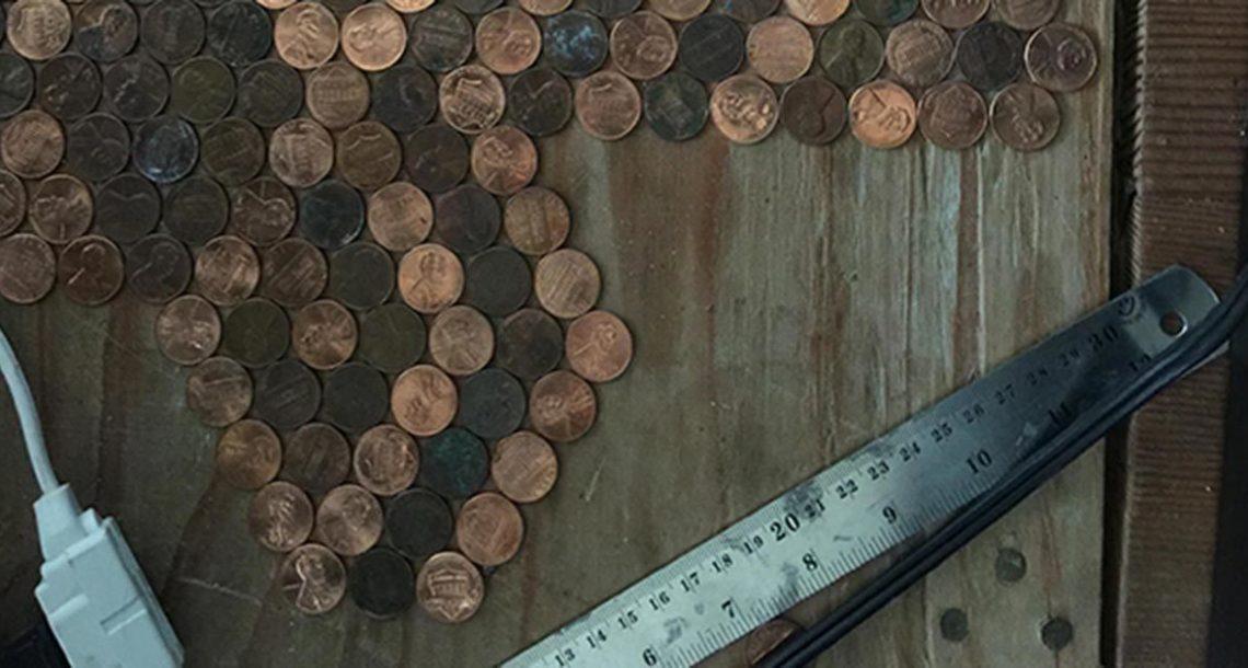 היא הדביקה 15,000 מטבעות לרצפה – עכשיו תראו איך זה נראה כשהמצלמה מתרחקת!