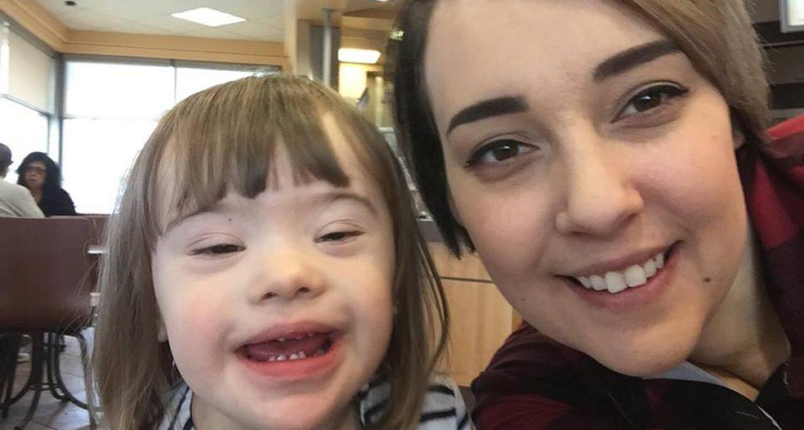 שתי נשים הצביעו על ילדה קטנה עם תסמונת דאון – אך אז אדם זר אמר משהו שגרם לאמא שלה לפרוץ בבכי