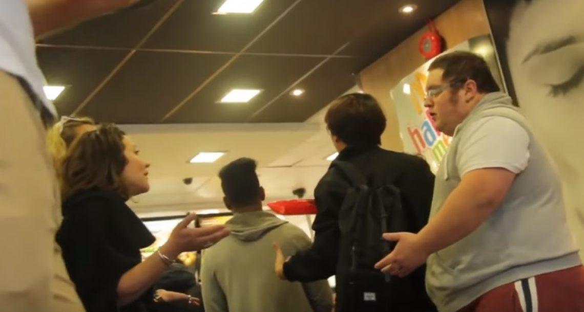 שתי בחורות ירדו וצעקו על אדם שמן במקדונלדס. קיבלו את מנת הקארמה שכל כך הגיעה להן!