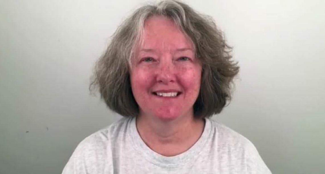 לאישה בת 60 נמאס מהמראה המיושן שלה – נראית צעירה ב 30 שנה אחרי המהפך המדהים שהספר עשה לה