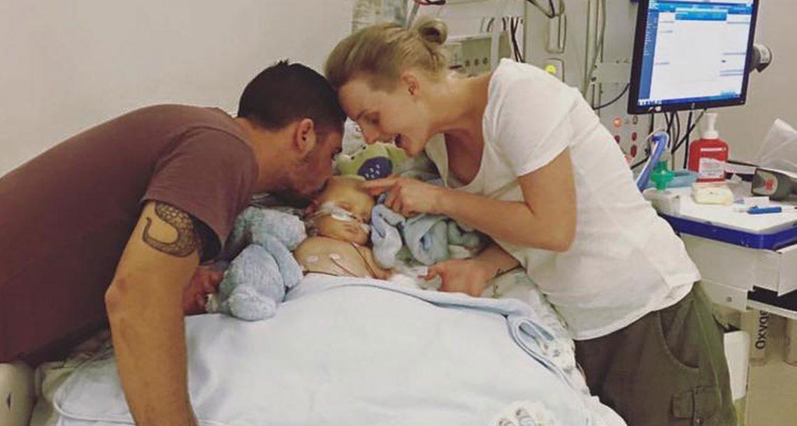 אמא חשבה שבנה סובל מדלקת באוזן – אבל אז הרופאים ראו את האצבעות שלו ונכנסו לפניקה