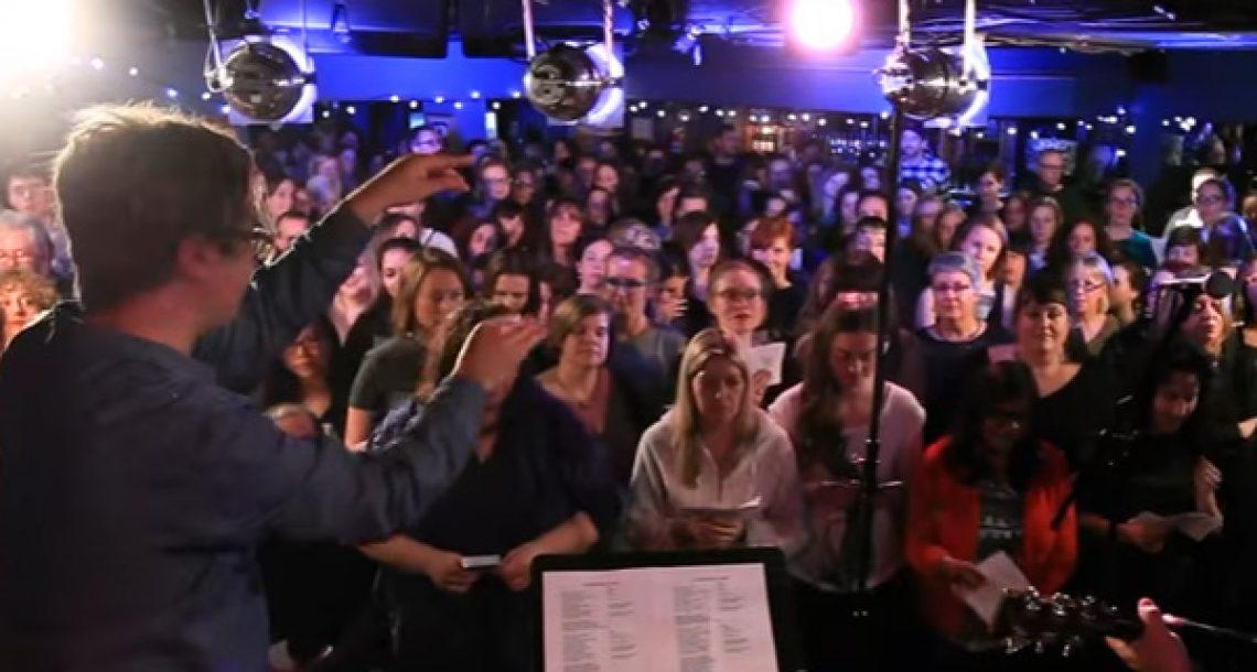 הביצוע הזה של השיר 'זומבי' על ידי מקהלת זרים בפאב יעשה לכם צמרמורת!