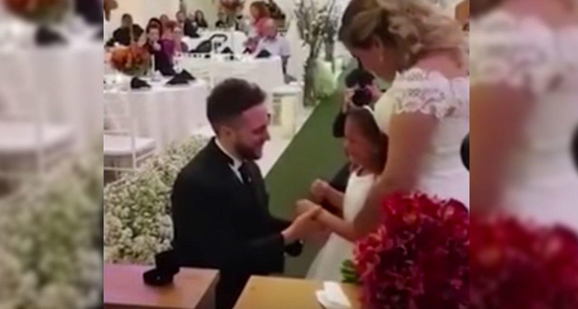 החתן עצר את החתונה באמצע, ואז כרע ברך בפני בתה של הכלה