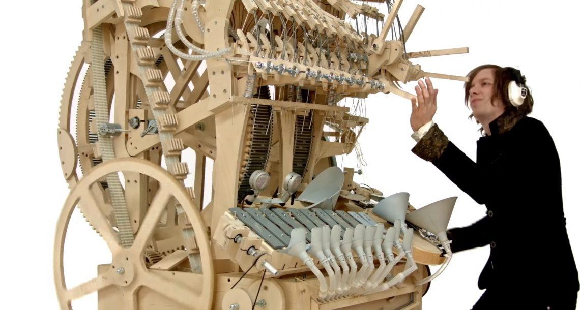 הגאון המוזיקלי המטורף הזה בנה כלי נגינה חדש שמנגן בעזרת 2000 גולות