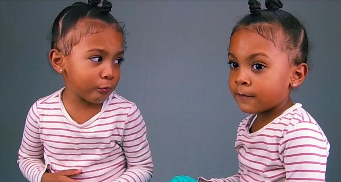 ילדה קטנה קיבלה את התקף הזעם הכי חמוד בעולם כשגילתה שהתאומה שלה מבוגרת ממנה בדקה