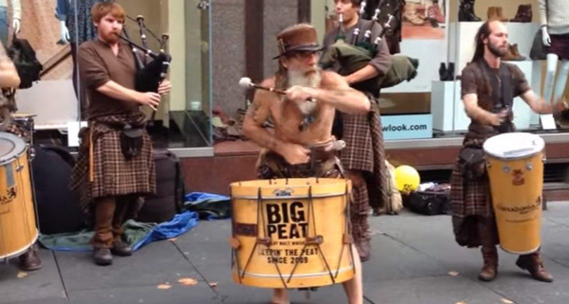 זו המוזיקה שאתם שומעים ורואים כשאתם הולכים ברחובות סקוטלנד. אדיר!