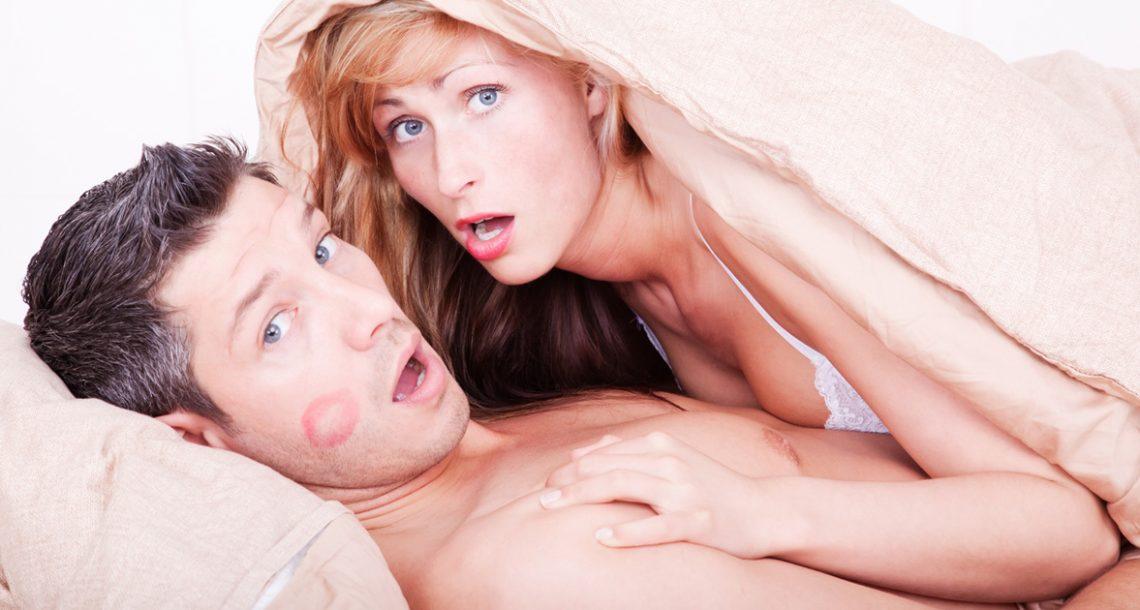 הוא מצא את אישתו במיטה עם בחור חתיך בן 19 – ההסבר שלה גרם לי לירוק החוצה את הקפה