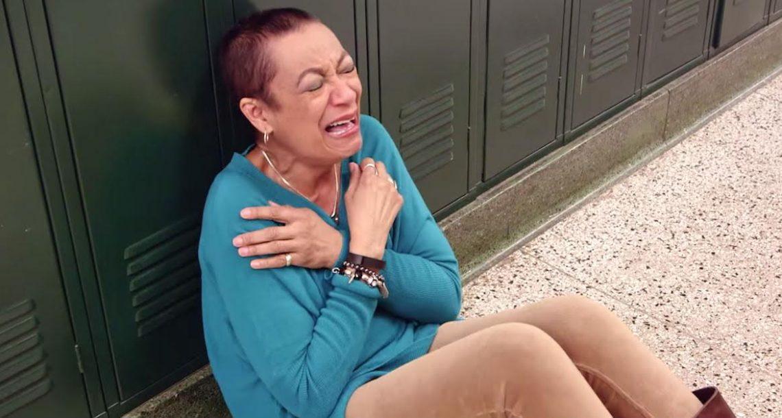 המורה הזאת הלכה במסדרון, אבל נפלה לרצפה בבכי כששמעה את זה…