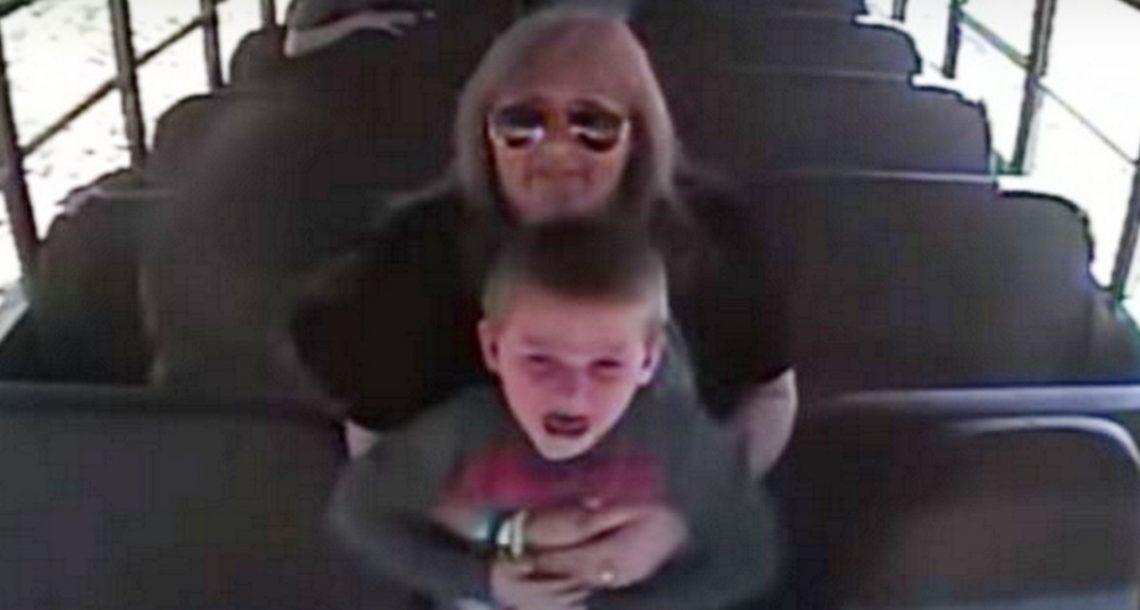 נהגת האוטובוס הרימה באוויר את הילד המפוחד, שניות אחר כך המצלמה תעדה את רגעי האימה