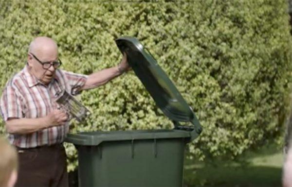 בכל יום, אדם זקן ומריר משליך דברים לפח – אז השכנים המיואשים הבינו מהר את הטעות שלהם