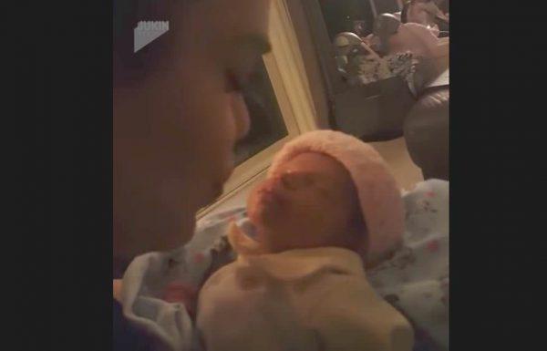 אמא נשענה קדימה כדי לנשק את התינוקת שלה, אז הילדה עשתה משהו שהאמא לעולם לא תשכח
