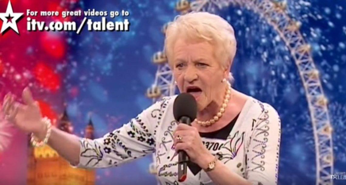 סבתא בת 80 עלתה על הבמה, וסיימון לא ידע מה לחשוב. ברגע שהיא החלה לשיר, הוא לא האמין למשמע אוזניו