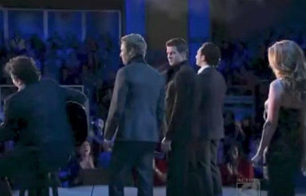 להקה שרה את 'הללויה' של לאונרד כהן – אבל תראו כאשר הם מסתובבים ורואים את האורחת המפתיעה