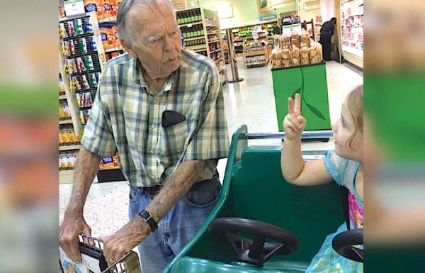 ילדה בת 4 במכולת קראה לאלמן בודד 'זקן', ואמא הייתה בשוק מהתגובה שלו
