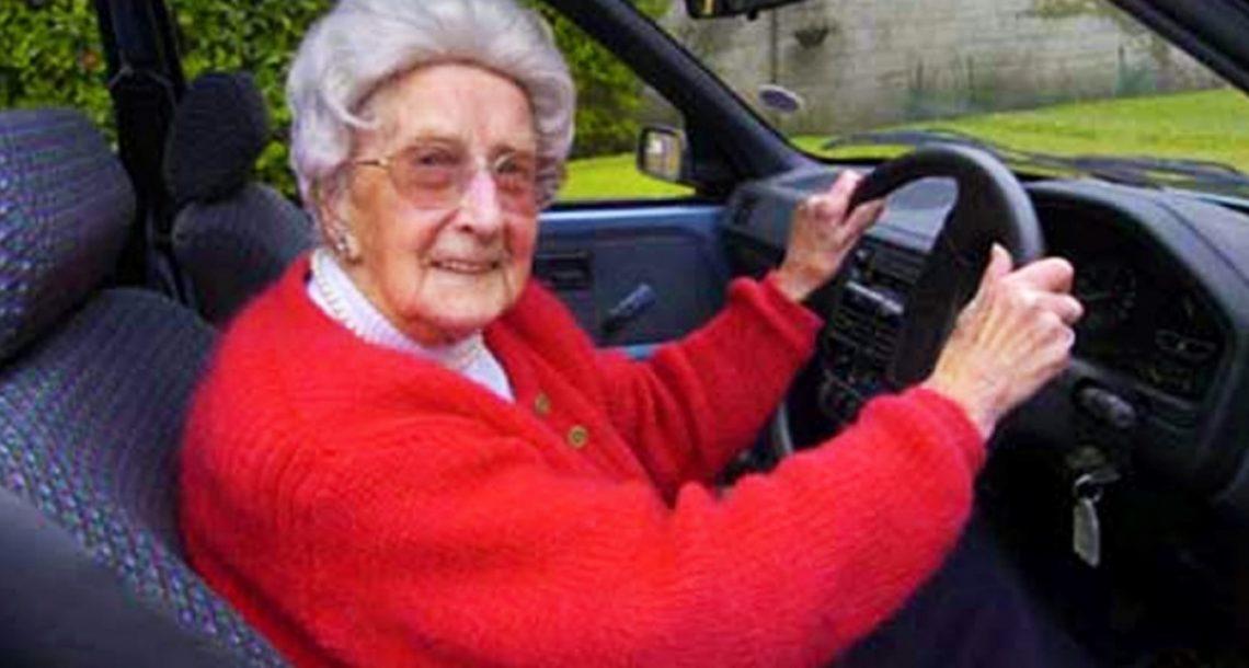 אדם צעיר עזר לאישה מבוגרת להחליף גלגל במכונית – ורק אחר כך הוא הבין למה זה הוביל…