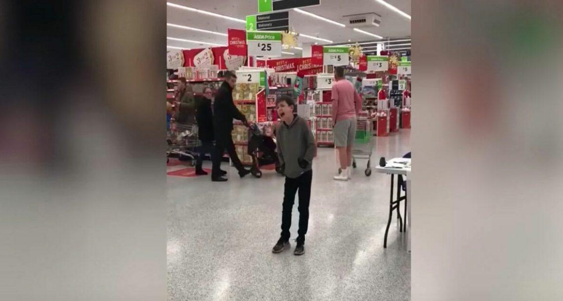 ילד אוטיסט החל לשיר בסופר מרקט – כשהלקוחות שמעו את הקול שלו, הם עצרו הכל והיו בשוק!