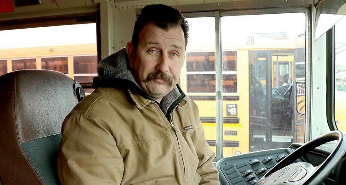 נהג אוטובוס הבחין בילד בוכה באוטובוס – כשהסיבה נחשפה, הוא פעל במהירות האור