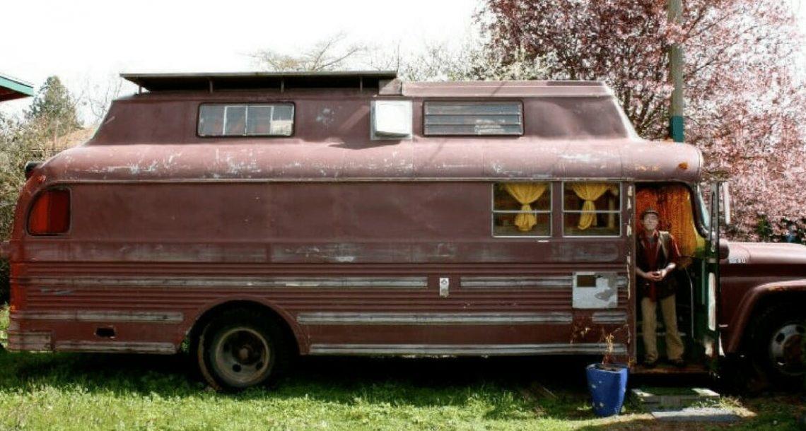 פנסיונר הפך אוטובוס ישן לבית חלומות – מבפנים נראה כמו בית מעולם האגדות