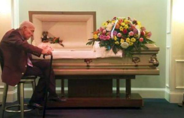 אדם נפרד מאישתו מזה 59 שנים: 'אני יודע שאת לא יכולה לשמוע אותי, אבל אני אוהב אותך'