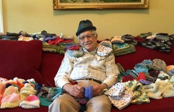 אדם בן 86 לימד את עצמו לסרוג כדי שהוא יוכל לסרוג כובעים חמימים לתינוקות בפגיה