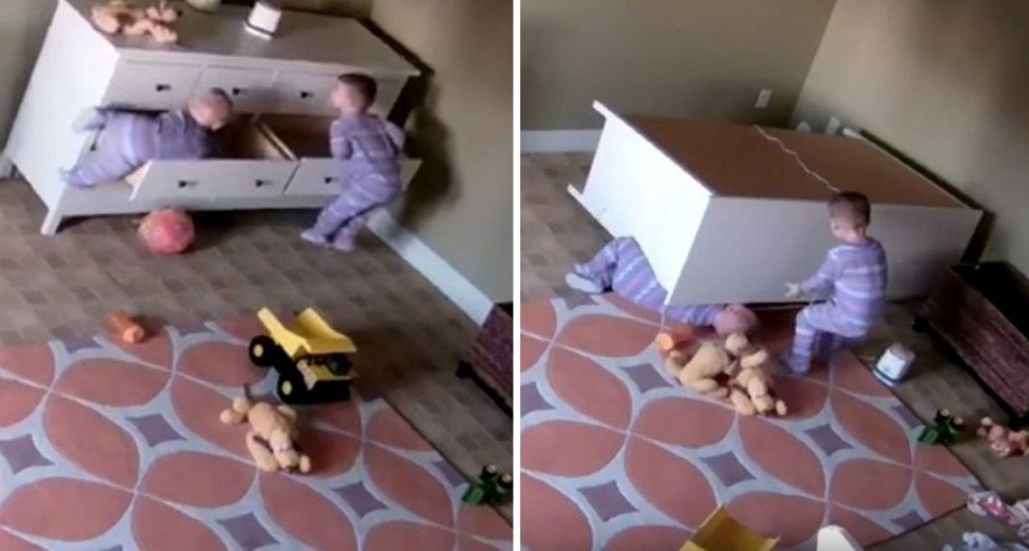 פעוט בן שנתיים הציל את אחיו התאום ממלכודת מוות – עכשיו אמא שלהם מזהירה את כל ההורים לילדים קטנים