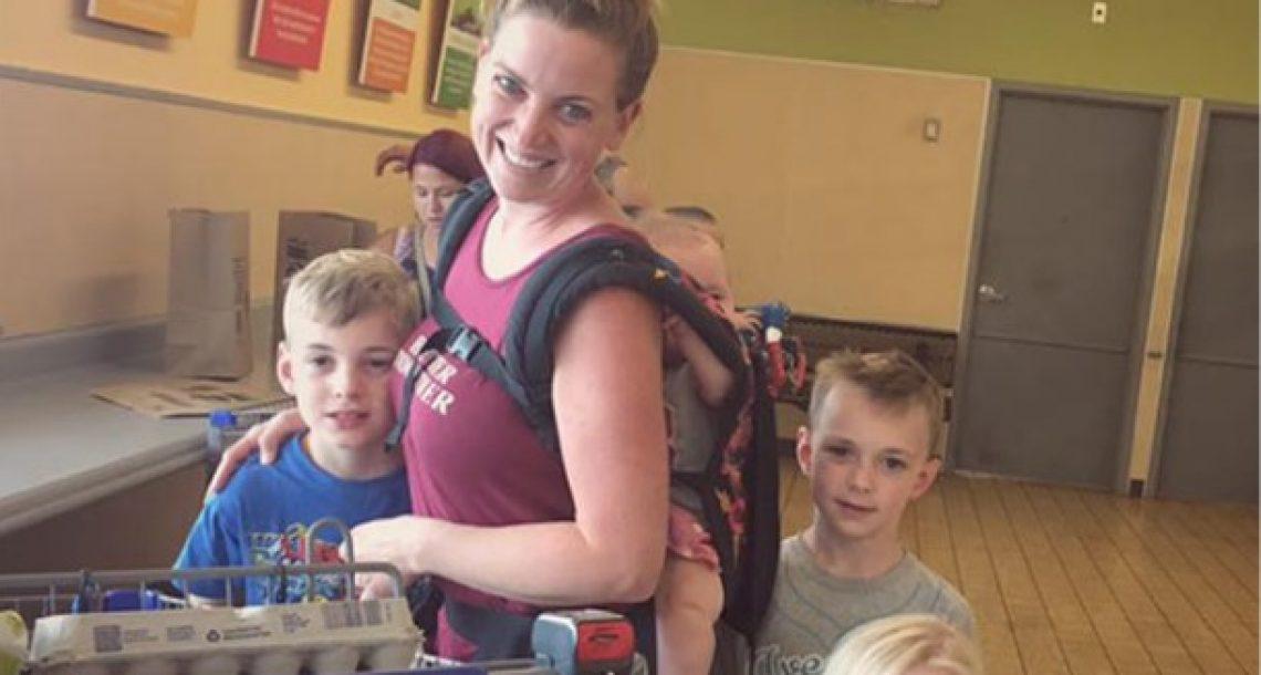 אמא ל 4 ילדים כעסה כאשר אישה זרה לקחה לה את הטלפון – אך אז האישה צילמה תמונה ששינתה הכל
