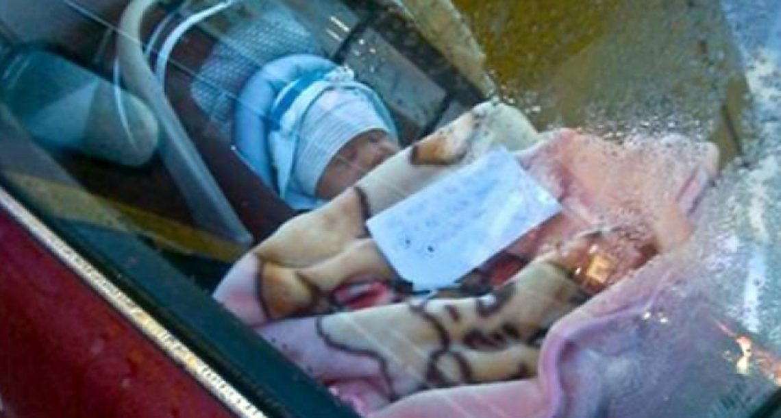 אדם זר ראה במקרה תינוק בתוך מכונית, כשעל החלון היה מודבק פתק מחריד שהשאיר את כולם ללא מילים