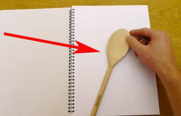 הוא צייר עם עיפרון מסביב לכף עץ. נשמע משעמם? חכו שתראו את התוצאה הסופית!