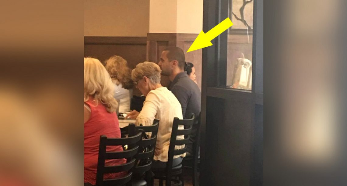 אישה מבוגרת ובודדה חיכתה לשולחן במסעדה – לפתע בחור אלמוני קם מהשולחן והצביע