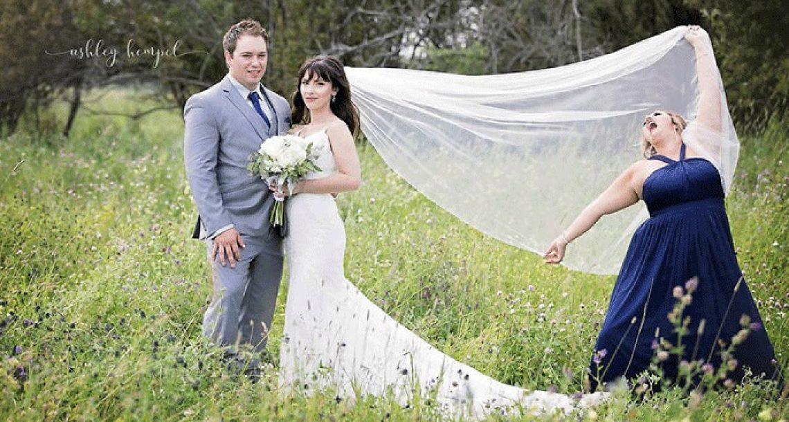 הצלמת סידרה את החתן והכלה לתמונת חתונה מושלמת. אך אז השושבינה דפקה פוזה משלה