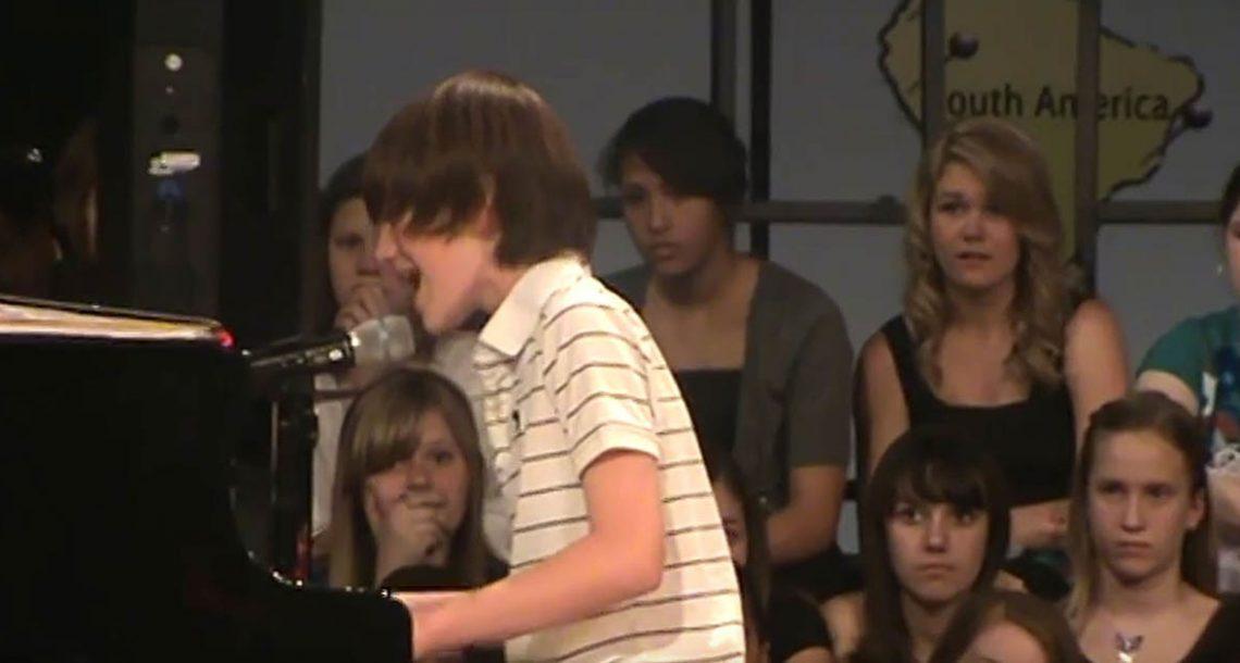תלמיד כיתה ו' הדהים את בית הספר עם ביצוע מטורף ללהיט פופ ענקי