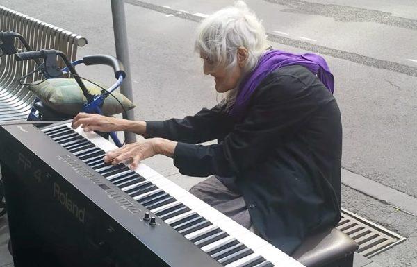 אישה זקנה התיישבה כדי לנגן על פסנתר ברחוב, וזה נשמע כמו משהו מגן עדן
