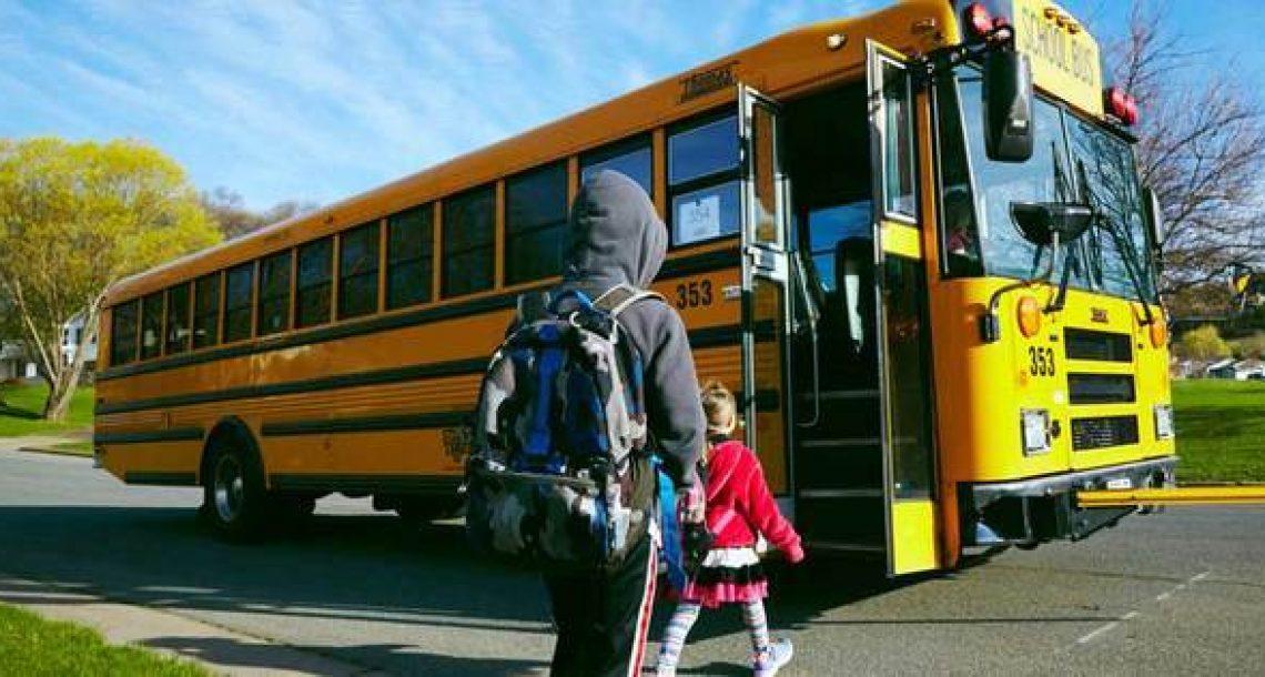 נהגת האוטובוס נתנה לילד מכתב להורים בנוגע להתנהגות שלו – כשאמא קראה אותו, היא לא הפסיקה לבכות