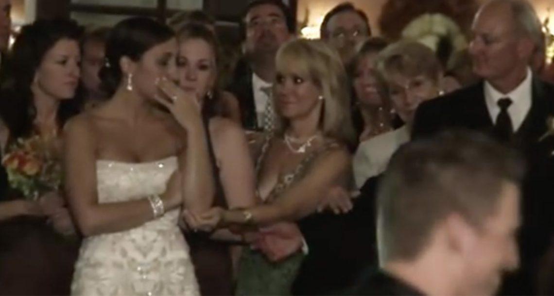 הכלה צפתה בבעלה מזמין את אמו לרקוד – הרגע המרגש לא השאיר עין אחת יבשה