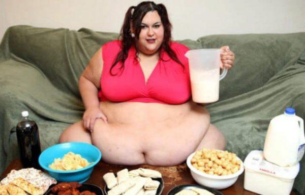 בן הזוג שלה מאכיל אותה דרך משפך כדי לעזור לה להפוך לאישה השמנה ביותר בעולם