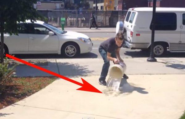 הוא שופך מים על המדרכה. חושבים שהוא מטורף? חכו שתראו מה קורה אחרי זה