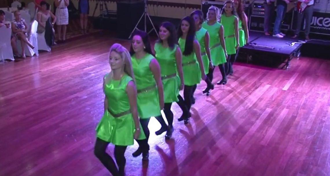 8 שושבינות רוקדות ריקוד אירי מסורתי, אבל תראו מה קורה כשהחתן מצטרף