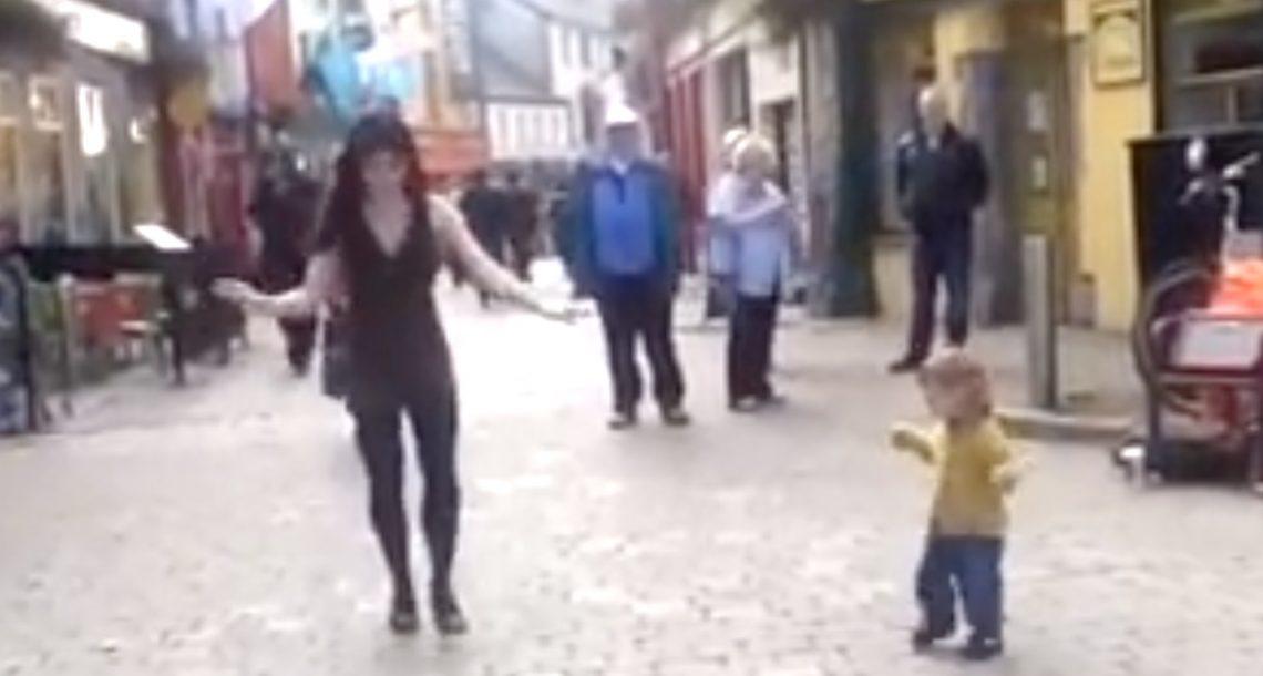 ילדה קטנה ראתה רקדנית אירית ברחוב, ואז הצטרפה אליה לריקוד הכי חמוד אי פעם