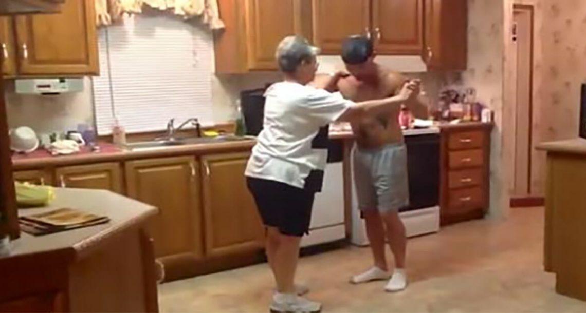 בן לקח ידה של אמו כאשר השיר האהוב החל להתנגן – עכשיו צפו בריקוד שכבש את האינטרנט בסערה