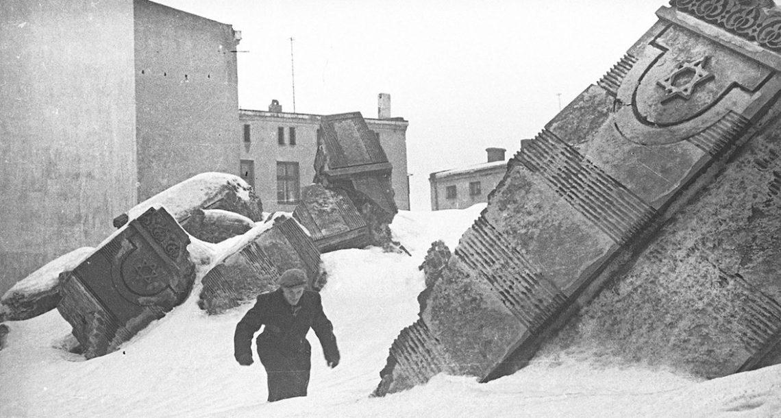 צלם יהודי קבר תמונות כדי שהנאצים לא ימצאו אותן, הוציא אותן אחרי המלחמה, וזה מה שהוא צילם
