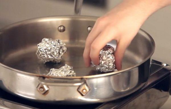 שף זרק כדורי נייר אלומיניום לתוך מחבת עמוקה. חשף טריק גאוני שישנה את הדרך בה אתם מבשלים