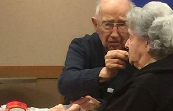 התמונה הזו של אדם זקן מאכיל את אישתו עם היד מתפשטת באינטרנט כמו אש בשדה קוצים