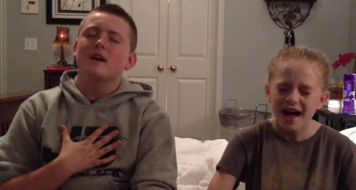 אח ואחות החלו לשיר דואט שובר לב, עכשיו תראו מי מתגנב בסתר מאחורי הגב שלהם