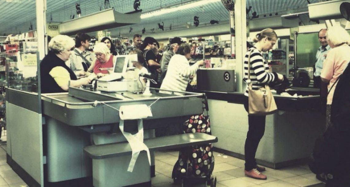 זוג עשיר צחק על אמא ל 5 בתור בסופרמרקט: אז אישה זרה התעצבנה ועשתה מה שאף אחד לא העז