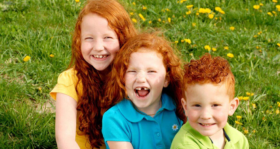 מחקר חדש קובע: אחות שלך הופכת אותך לאדם מאושר וטוב יותר