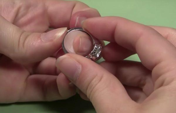 אישה קנתה טבעת בשוק הפשפשים: 30 שנים אחר כך נחשף סוד ששינה את חייה לנצח