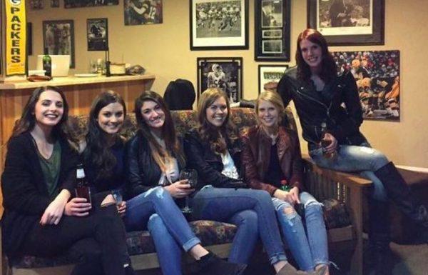התמונה הזו של 6 בנות יושבות על הספה שוברת את האינטרנט. זו התעלומה הכי גדולה אי פעם