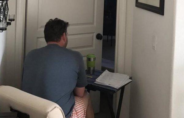הבת מצאה את אבא שלה מחוץ לחדר של אמא – כשהסתכלה מקרוב הלב שלה נשבר